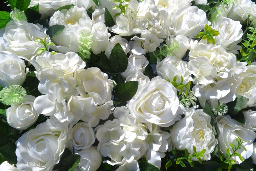 location mur de fleurs blanches mariage